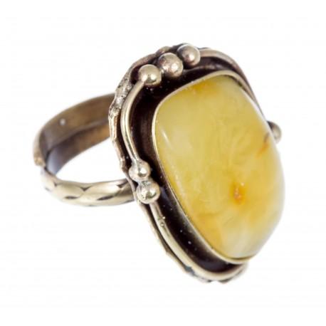 Žalvarinis žiedas su gintaru