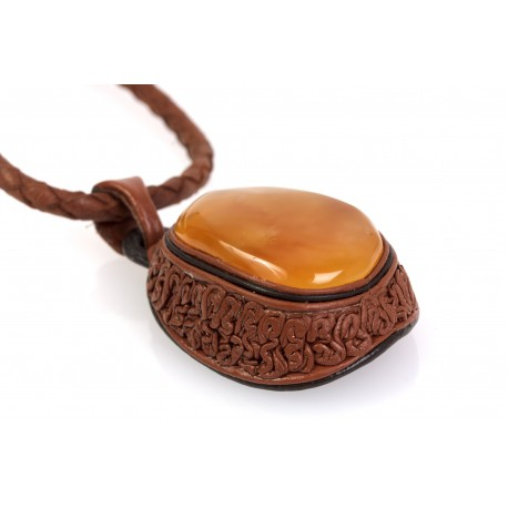 Leather necklace with yellow-colour amber