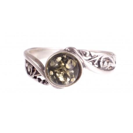 Sidabrinis žiedas su žalio gintaru akute